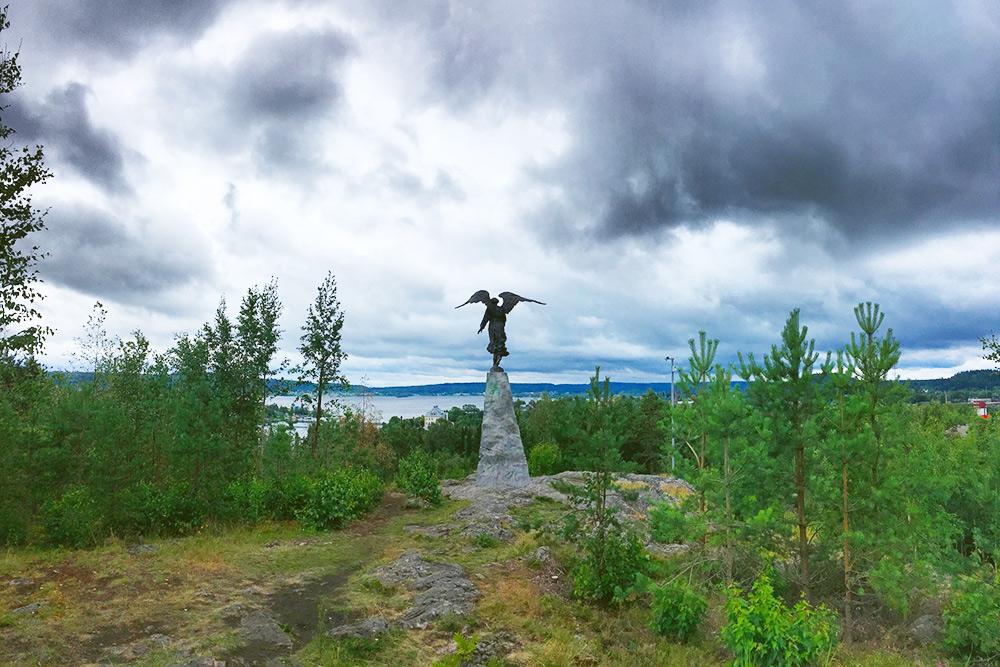 На горе стоит скульптура «Ангел-хранитель»