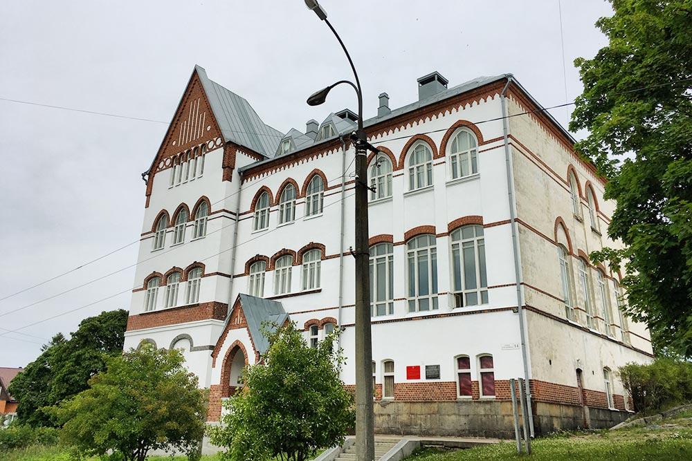 Женскую школу видно с горы Кухавуори благодаря угловой башне и яркой кирпично-белой гамме. Высокие окна, арки и башни — элементы готики