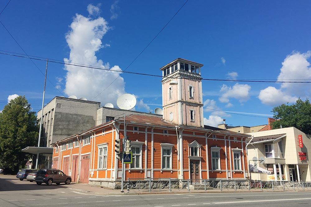 Деревянное пожарное депо построено в1888году, его легко узнать покаланче. ВКарелии таких строений больше нет. Внутрь попасть нельзя, здание закрыто