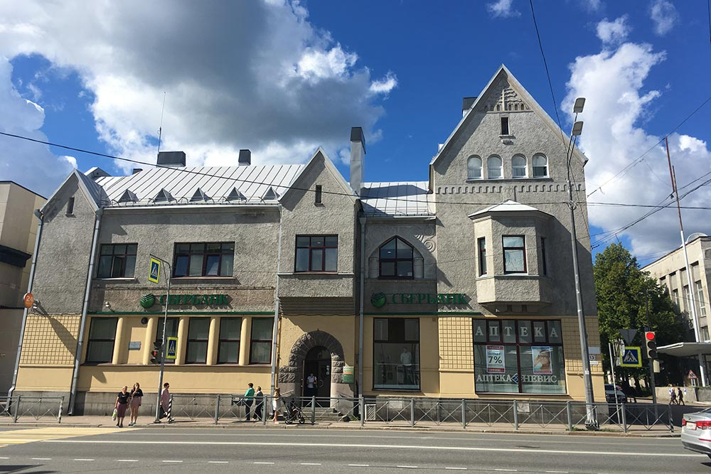 Здание бывшего Национального банка— это финский модерн. Сейчас тут офис Сбербанка, который иотреставрировал дом