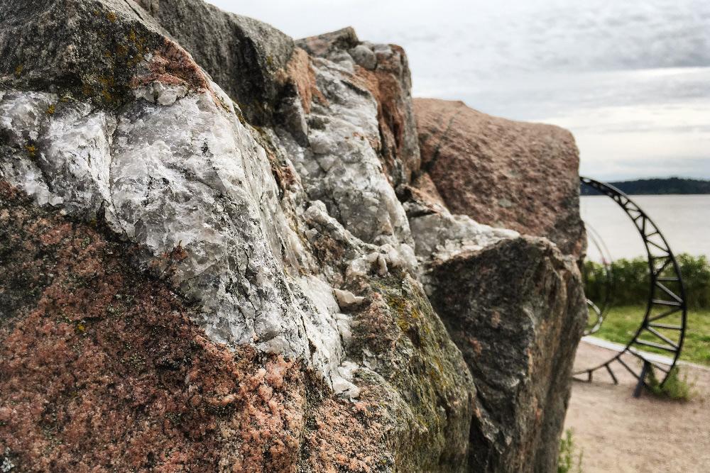 Вгранитном камне желаний есть вкрапления толи слюды, толи кварца. Сможете разобраться, если посетите музей Северного Приладожья