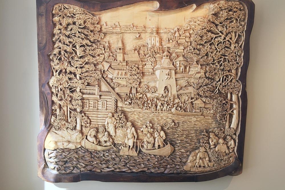 Деревянный городской рельеф сперспективой. Почти все работы Гоголев выполнял изцельного куска дерева, неподклеивая детали