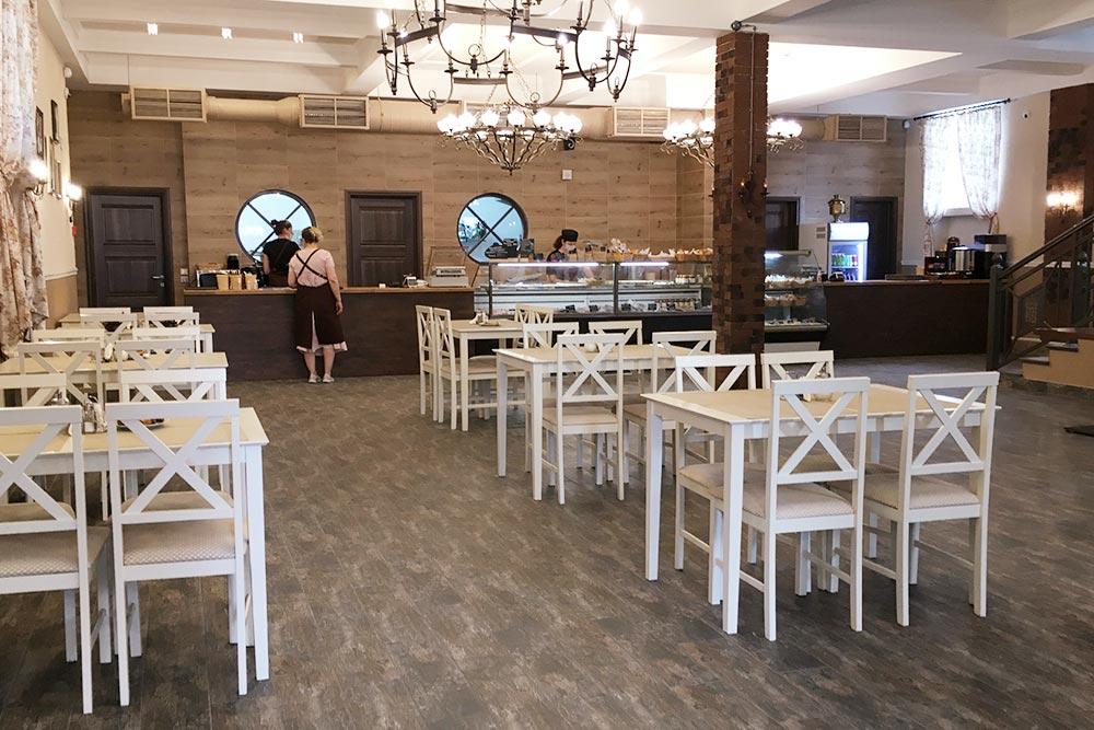 Это кафе в&nbsp;доме Берга. Цены мне показались высокими: калитка с&nbsp;картошкой стоит 100&nbsp;<span class=ruble>Р</span>, с&nbsp;форелью&nbsp;— 200&nbsp;<span class=ruble>Р</span>