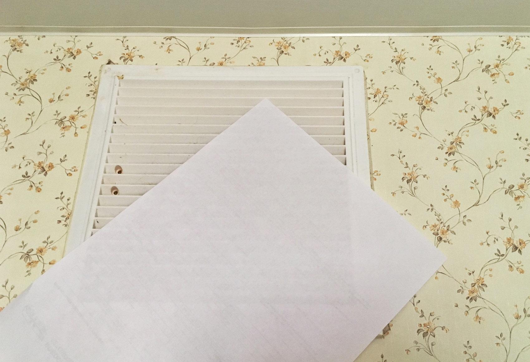 Лист бумаги притянуло к решетке вентиляции — значит, вентиляция работает, воздух уходит