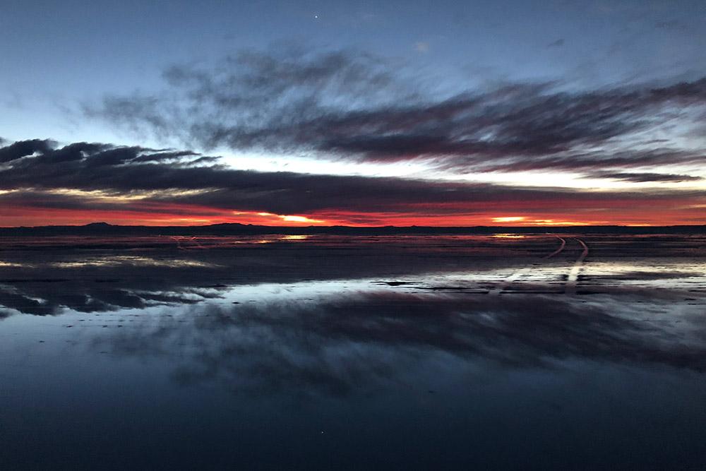 Рассвет над солончаком Уюни в Боливии