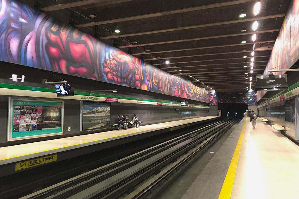 Метро Сантьяго. На станциях часто можно встретить граффити