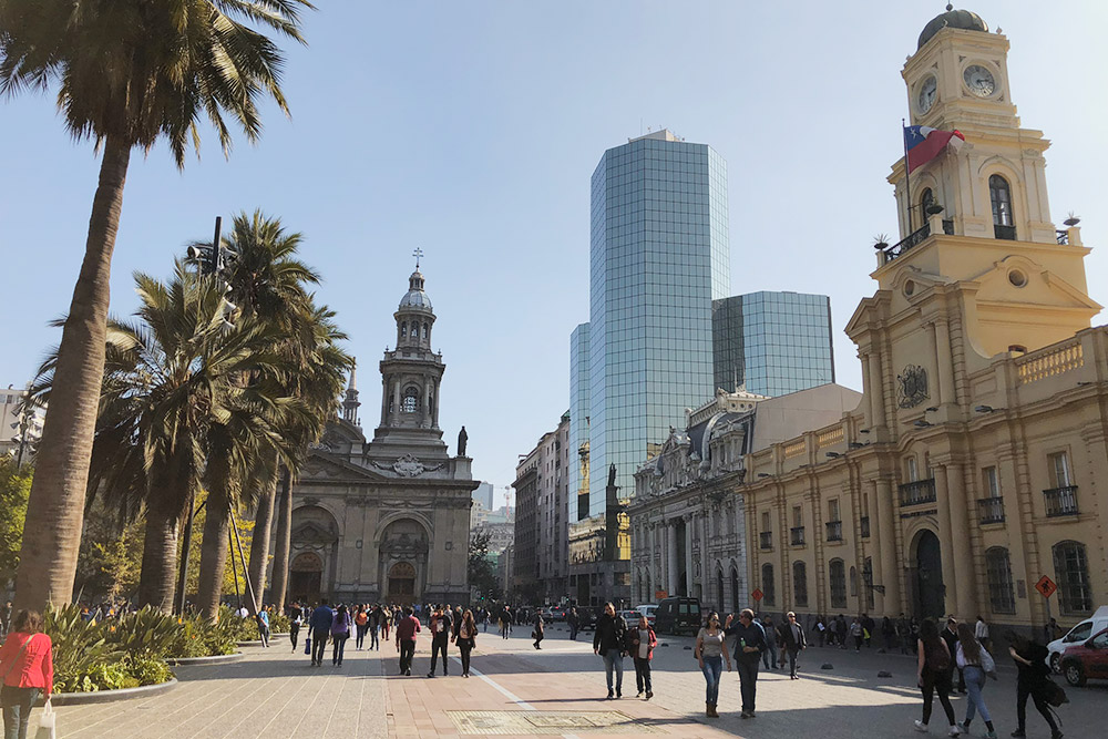 Центр Сантьяго. Исторические здания соседствуют с современными бизнес-центрами