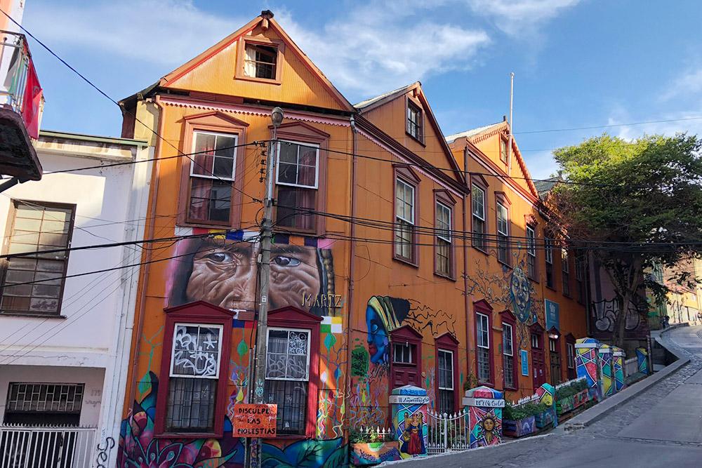 Граффити в Вальпараисо можно встретить везде