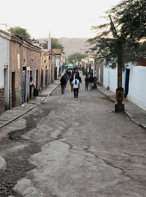 Большинство домов в Сан-Педро-де-Атакама построены из местного камня адоба, в них нет центрального отопления. В пустыне резкие перепады температуры: ночью может быть холодно