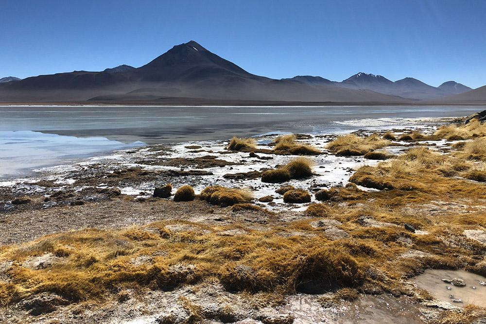 Лагуна Бланка, в переводе — «белое озеро»; цвет воды молочно-белый из-за растворенных вводе минералов