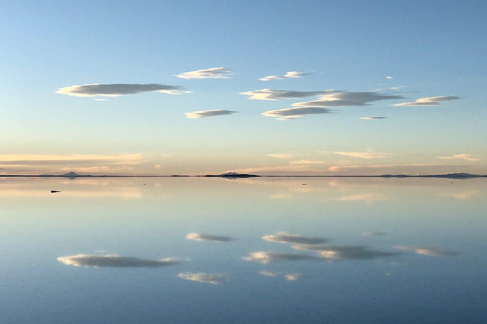 Нам повезло: мы смогли увидеть и сухой солончак, и солончак, покрытый водой. Вводе, как вогромном зеркале, отражаются небо и облака
