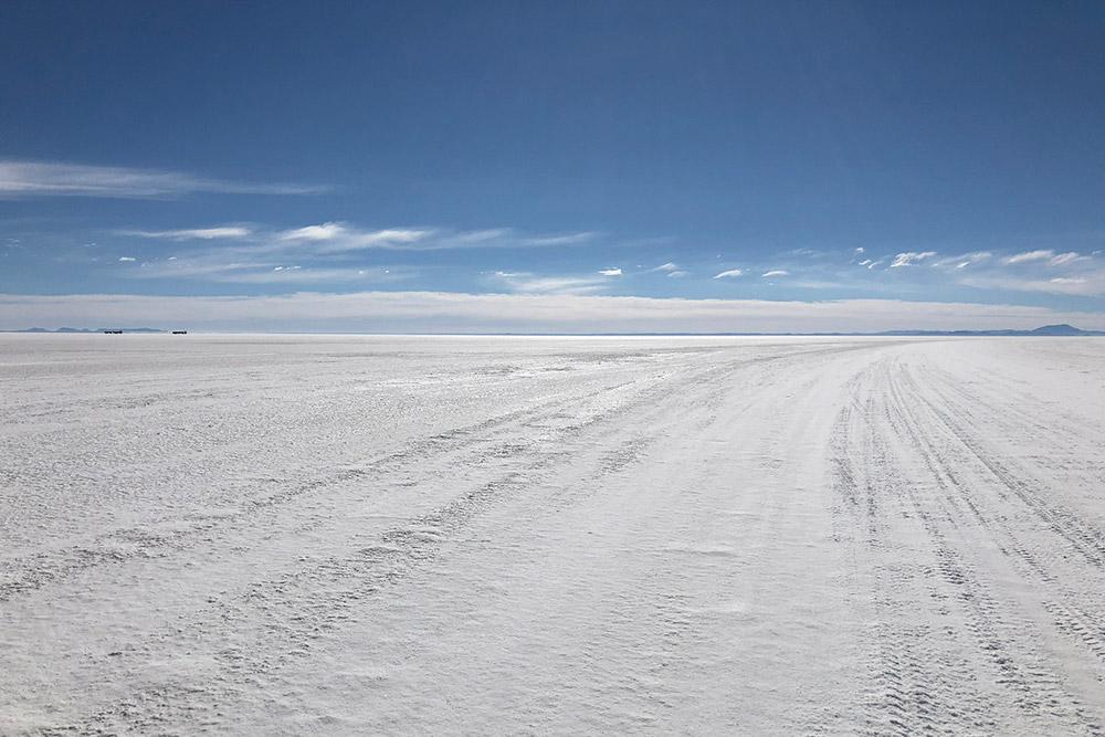 Кажется, что на фото огромная заснеженная равнина, но это не снег, а соль — так выглядит сухой солончак Уюни