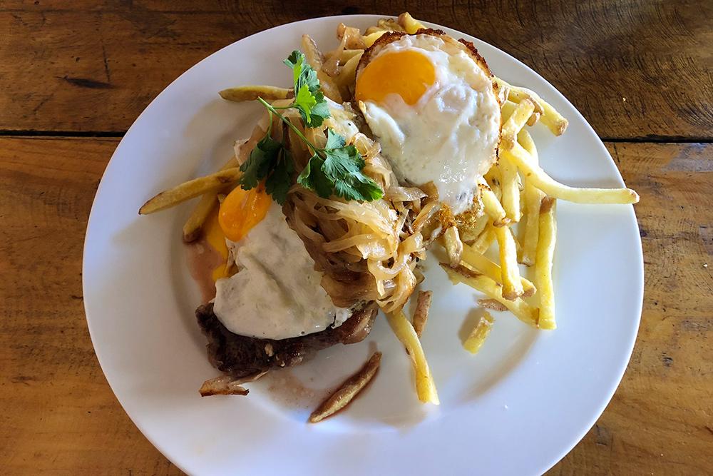 Ломо-а-ло-побре, в переводе — «еда бедняка»: большой кусок говядины на гриле, подается с картофелем фри и яйцом. Порция стоит 8000&nbsp;песо (630<span class=ruble>Р</span>)