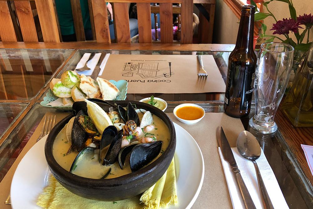 Пайла марина — традиционный чилийский суп из морепродуктов с моллюсками, мидиями, асцидиями, лососем или угрем. Порция стоит 9000&nbsp;песо (710<span class=ruble>Р</span>)