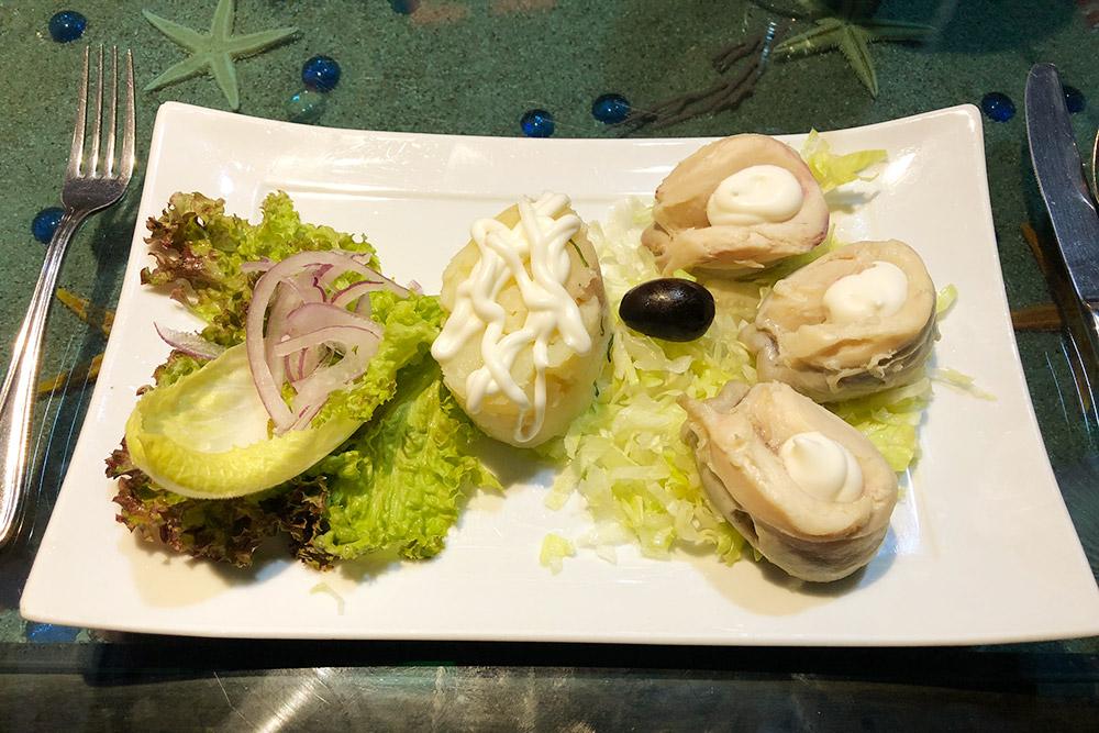 Локос-кон-майо — моллюски локо под майонезом. Локо — местный моллюск с очень вкусным плотным мясом. Порция стоит 19 990&nbsp;песо (1576<span class=ruble>Р</span>)