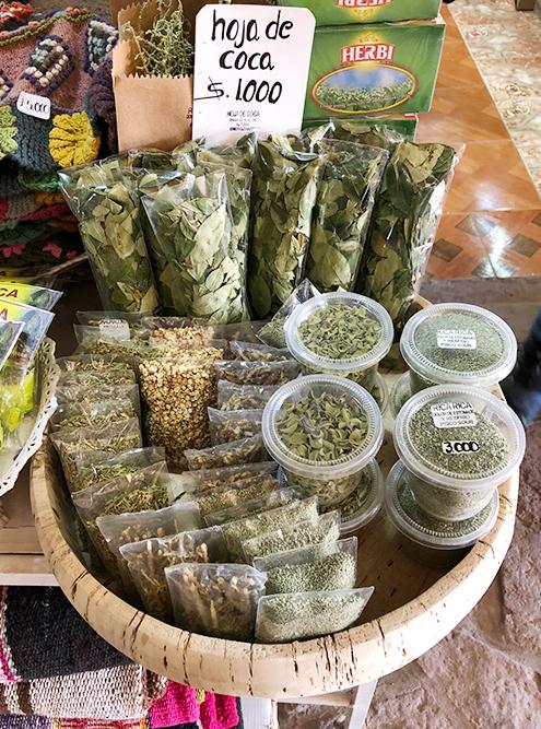 Чачакома и листья коки, которые помогают от горной болезни, на рынке Сан-Педро-де-Атакама