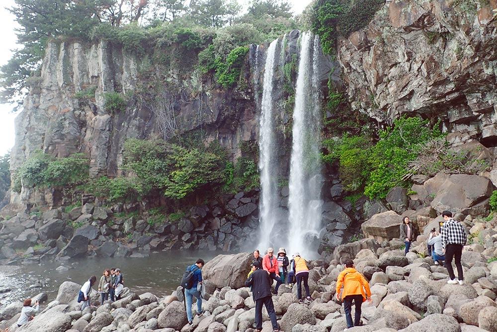 Водопад Чонбан падает прямо в море