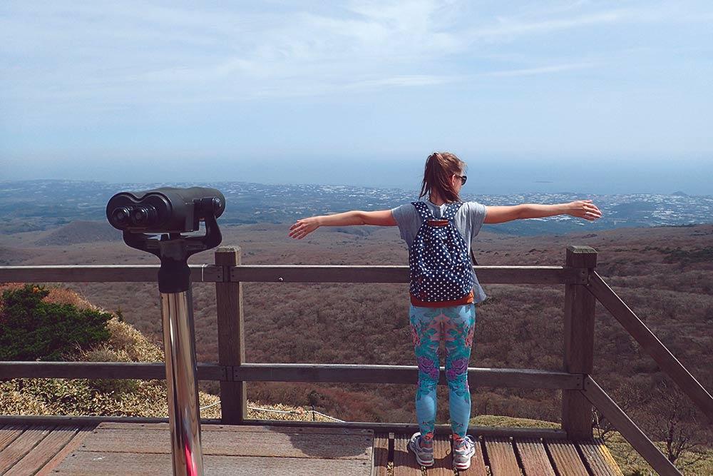 Вид с одной из смотровых площадок по пути к вершине вулкана