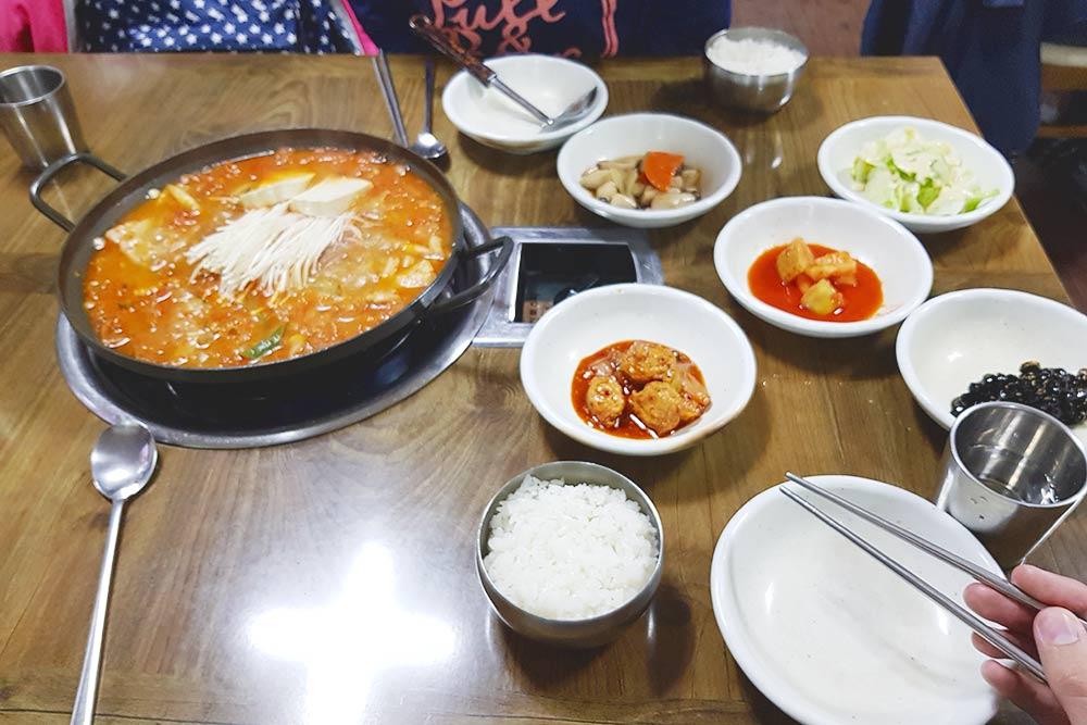 Ужинаем в кафе в Чеджу. Большая порция супа и риса обошлась в 7000 ₩ (около 400 р.), к ним подали закуски