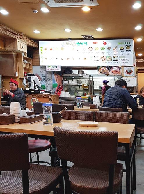 Закусочная дляместных на рынке, где готовят только супы. Тут бесплатный вайфай и принимают к оплате банковские карты