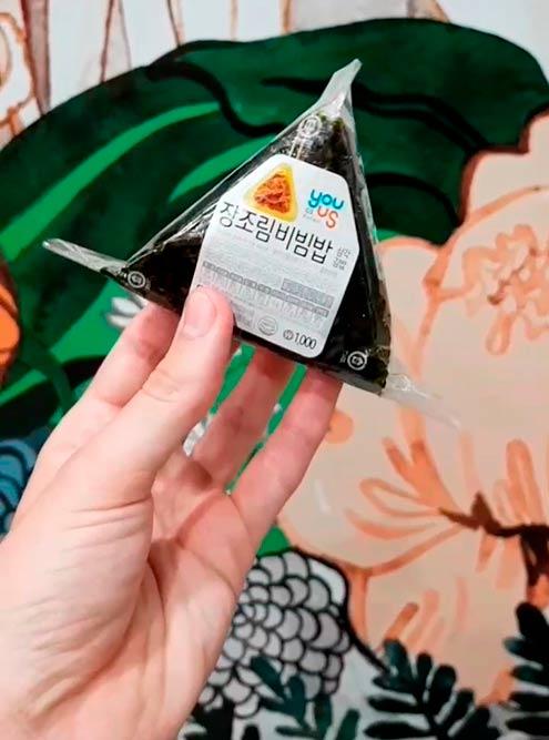 Онигири — это треугольничек из риса с начинкой. Здоровый перекус за 40 р.