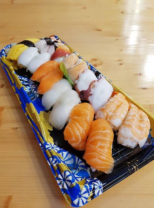 Суши из супермаркета. Цена такой упаковки — 19 000 ₩ (около 1080 р.). Если набор не купили в течение 3—4 часов, на него делают скидку 30%