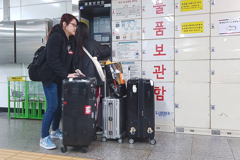 На каждой станции метро в Сеуле есть автоматические камеры хранения. Мы сдали вещи на 6 часов и заплатили за это 8000₩ (около 450 р.). Хранение вещей оплатили всё тойже картой T-Money