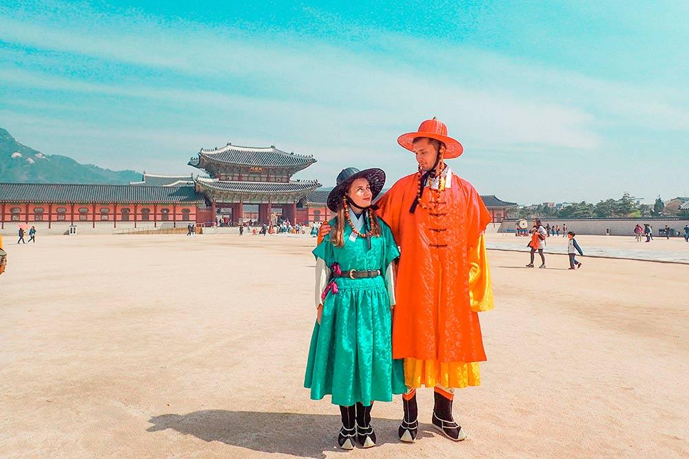 Ханбок — традиционный костюм жителей Кореи. Его можно бесплатно примерить на входе во дворец Кёнбоккун (Gyeongbokgung)