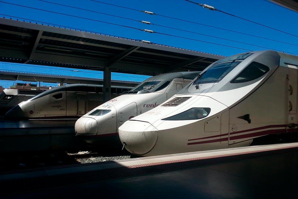 Поезда в Испании прибывают с точностью до минуты. Если они опаздывают на 15 минут, пассажиру возвращают половину стоимости билета, если на полчаса — полную стоимость