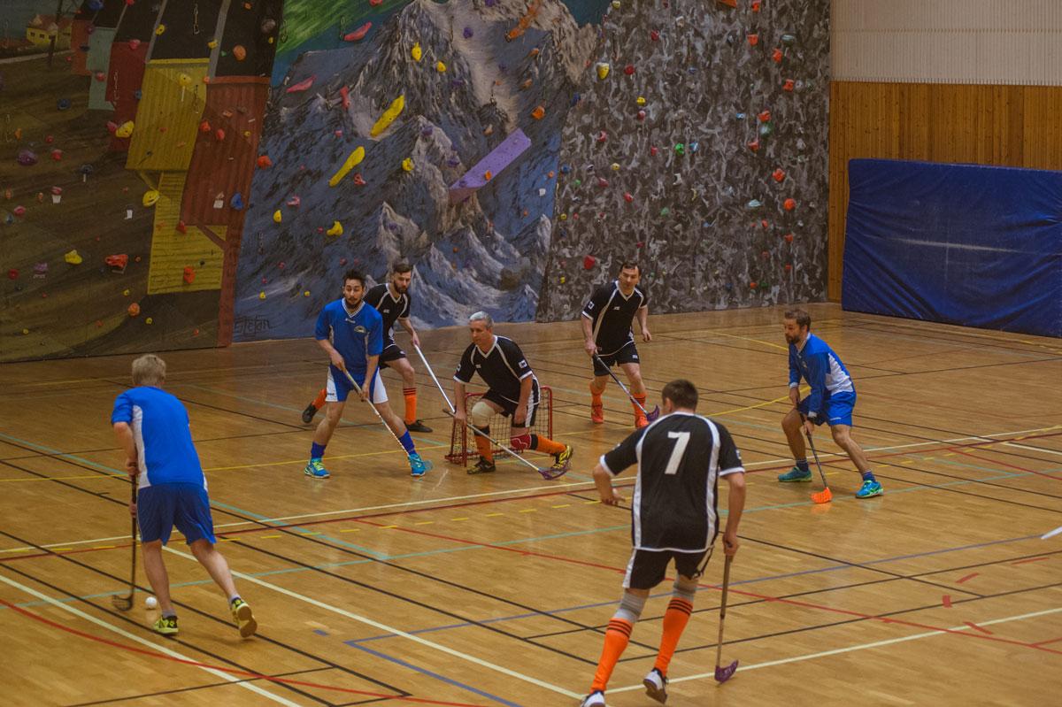 Иннебанди — хоккей с мячом в зале. За спортсменами — скалодром