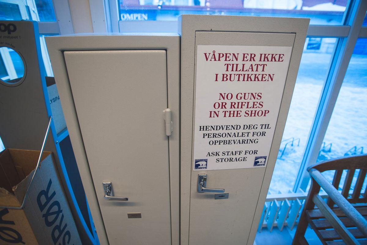 В некоторых магазинах есть специальный сейф, куда можно положить ружье, пока делаешь покупки
