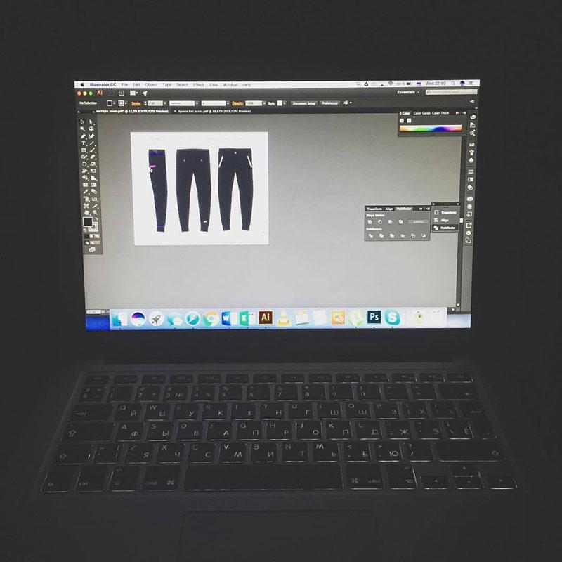 Макеты брюк наш герой нарисовал сам в «Иллюстраторе». Он научился работать в этой программе, когда верстал каталоги финской одежды длямагазинов-партнеров