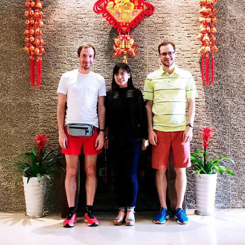Григорий с Иваном на встрече с потенциальным партнером. Китайцы часто кормили и возили предпринимателей на встречи и производство за свой счет, надеясь на выгодное сотрудничество в будущем