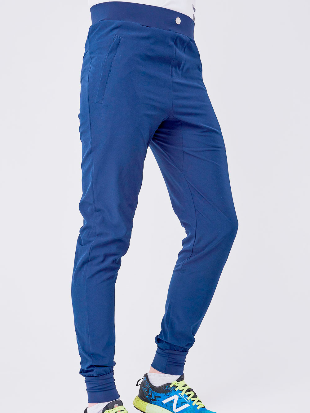 Вторые брюки вколлекции называются «Арбога». Уних более повседневный вид, чем у«Джеди», широкий крой идекоративная пуговица напоясе