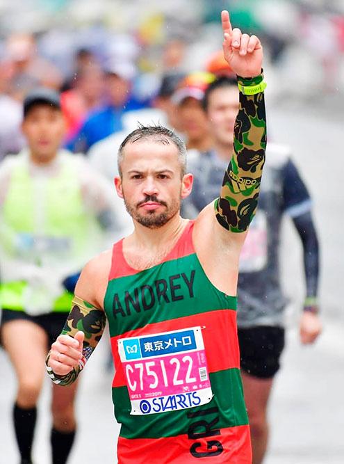 Один из клиентов GRI Андрей Белоусенко пробежал в майках бренда четыре из шести крупнейших в мире марафона-мейджора. Это марафоны, объединенные в одну серию: Токио, Бостон, Лондон, Берлин, Чикаго и Нью-Йорк. Первую майку Андрей купил сам, следующие получил в подарок от Григория