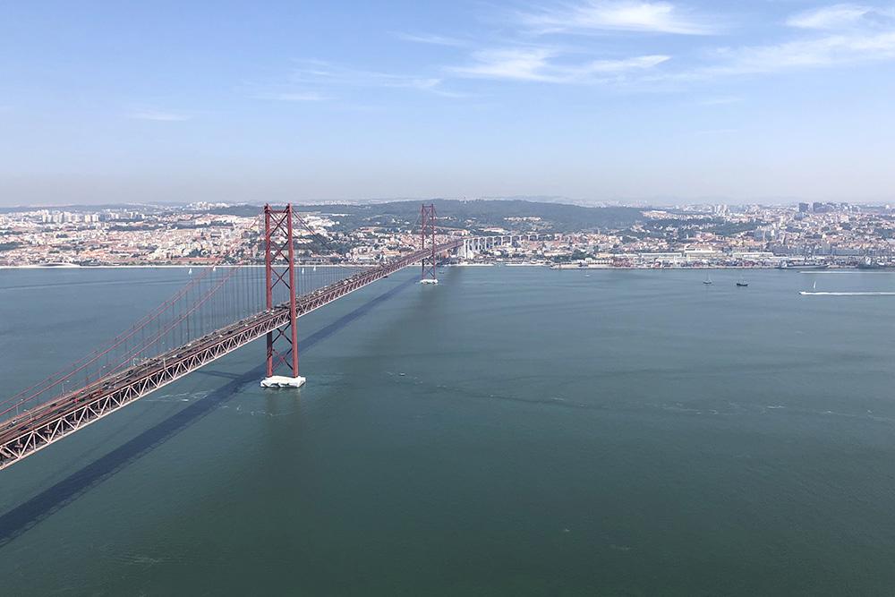 Вид со статуи Христа в Лиссабоне завораживает. Мост напоминает Золотые Ворота в Сан-Франциско