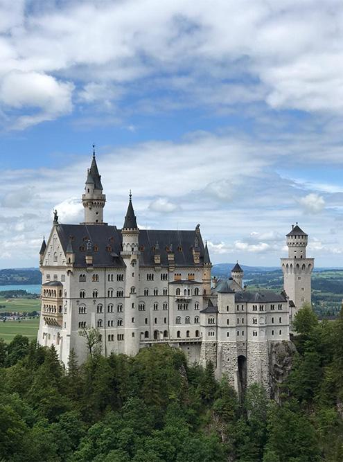 Лучший вид на замок открывается с панорамного мостика