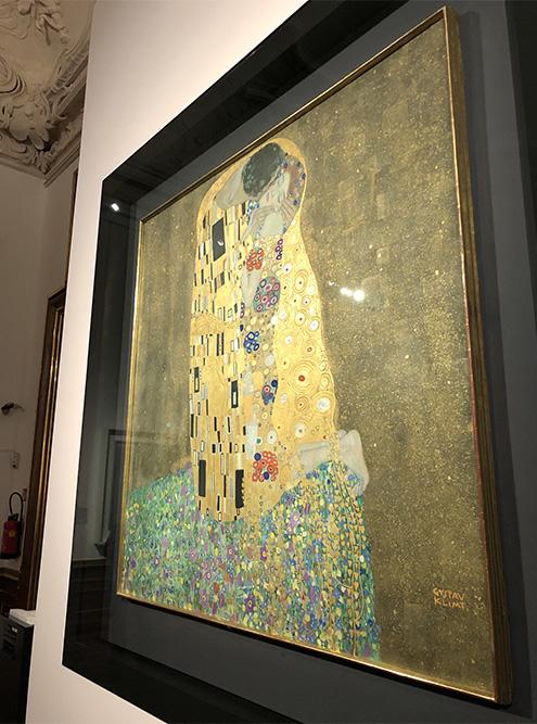 «Поцелуй» Густава Климта переливается со всех сторон: золото ярко блестит под светом софитов. Оторваться сложно