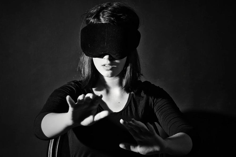 Предупредите домашних, что вы участвуете в спектакле, когда запретесь в тихой комнате с повязкой на глазах