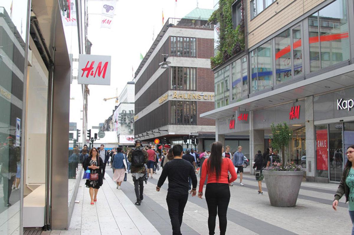 Два магазина «Эйч-энд-эм» друг напротив друга на выходе из станции метро «Т-Сентрален»
