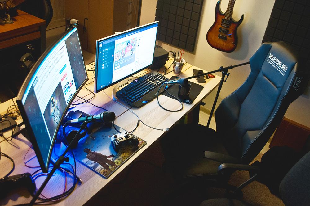 Неочевидная, но нужная для удобства стримера вещь — широкий стол от 1,5 м, на который помещается вся техника