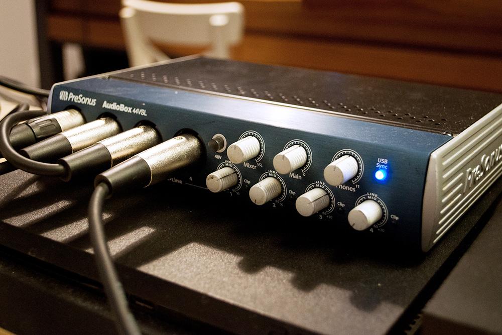 Петр с командой пользуются аудиоинтерфейсом Presonus&nbsp;44VSL за 22 100<span class=ruble>Р</span>, сейчас такие уже не производят