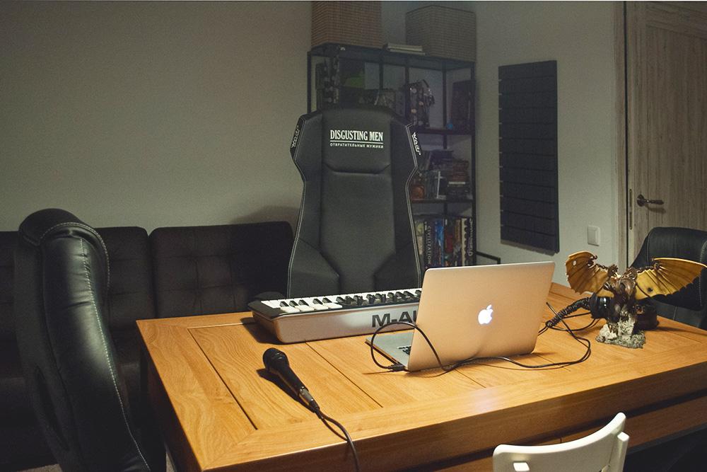 В студии Disgusting Men есть микрофоны на все случаи жизни: и подкаст записать, и концерт в прямом эфире показать