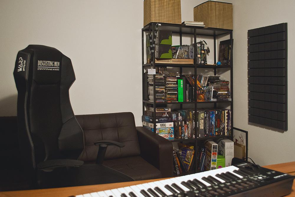 Через три года работы студии в ней сделали ремонт. Теперь у «Мужиков» обновленный интерьер и фирменные кресла, чтобы сделать бренд более узнаваемым