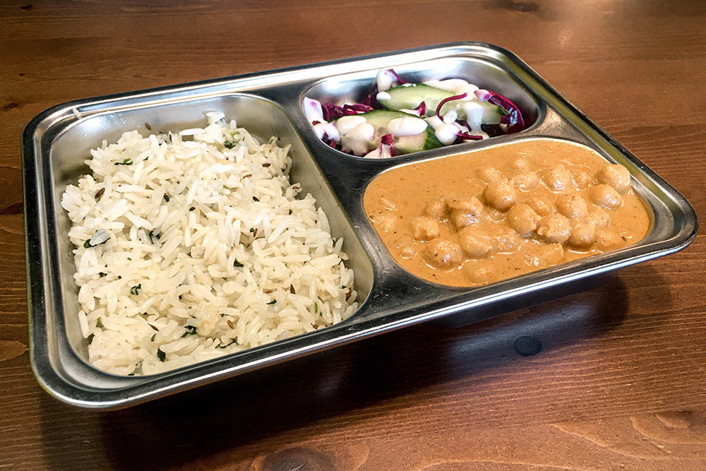 Карри подают в тарелке с отделениями. Так гораздо удобнее, чем в обычном блюде: еда не превращается в месиво