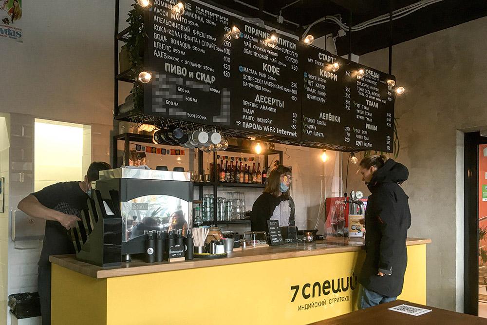 В кафе приходится громко разговаривать из-за шума кофемашины