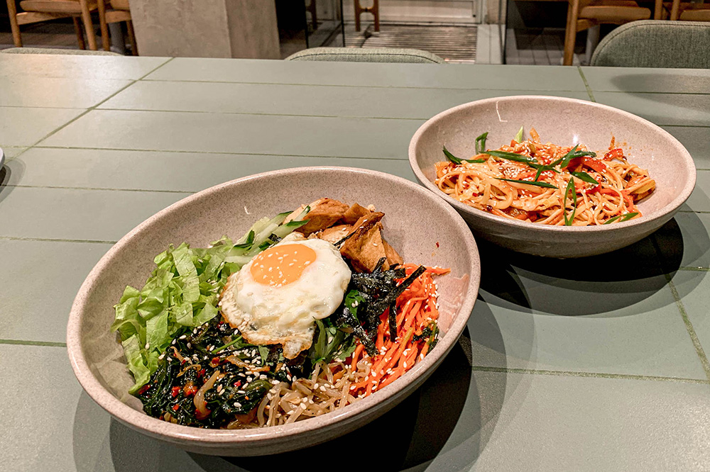 Пибимпап и вок с морепродуктами оказались по-корейски острыми — если не любите острую пищу, предупредите об этом на кассе
