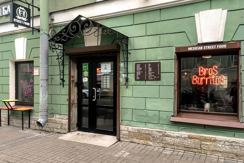 Мне больше всего нравится филиал на Гороховой. Летом я часто брал здесь буррито иливрап навынос и шел гулять по Фонтанке