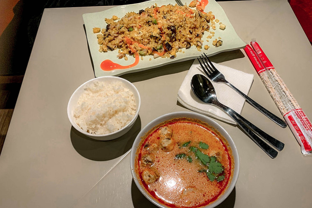 В «Фо-бо» я часто беру том-ям, а моя девушка — рис с морепродуктами