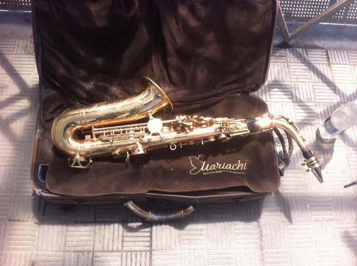 Мне безумно стыдно, но я плохо слежу за саксофоном. За 5 лет игры он меня не подводил, но изрядно пострадал. Увидев изоленту на нем, саксофонисты проклянут меня и будут правы